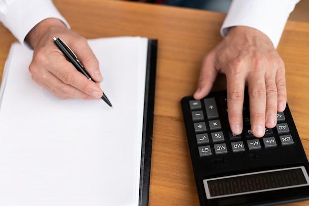 Uomo corporativo di vista superiore che per mezzo del calcolatore Foto Gratuite