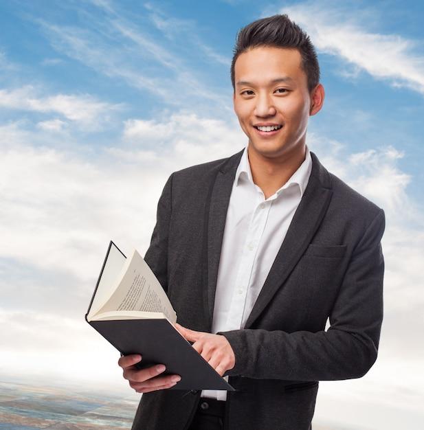 Uomo d affari con un libro scaricare foto gratis