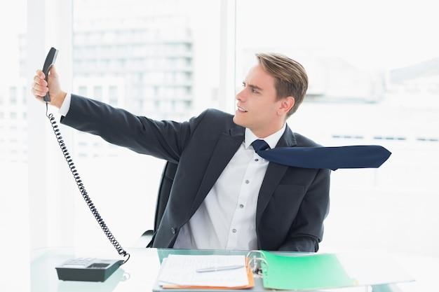 Ufficio Elegante Jobs : Uomo d affari elegante che dà telefono all ufficio scaricare