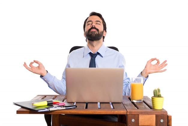 Ufficio Elegante Jobs : Segretaria si distrae durante lo stressante lavoro d ufficio