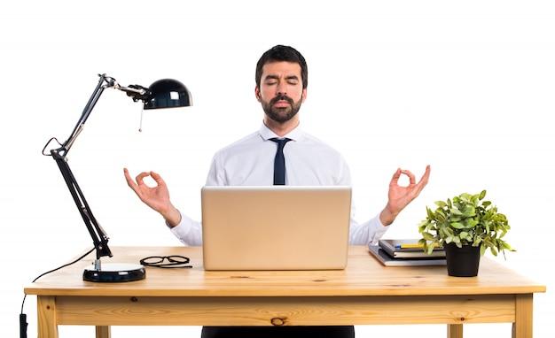 Ufficio Zen Zen : Uomo d affari nel suo ufficio in posizione zen scaricare foto gratis