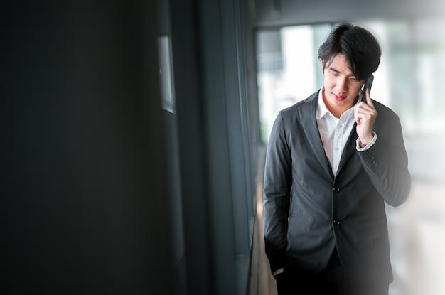 Uomo Daffari Parlando Di Telefono Con Sfondo Sfocato Scaricare