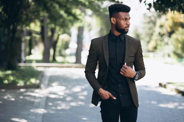 Uomo d'affari afroamericano in tuta fuori in strada Foto Gratuite
