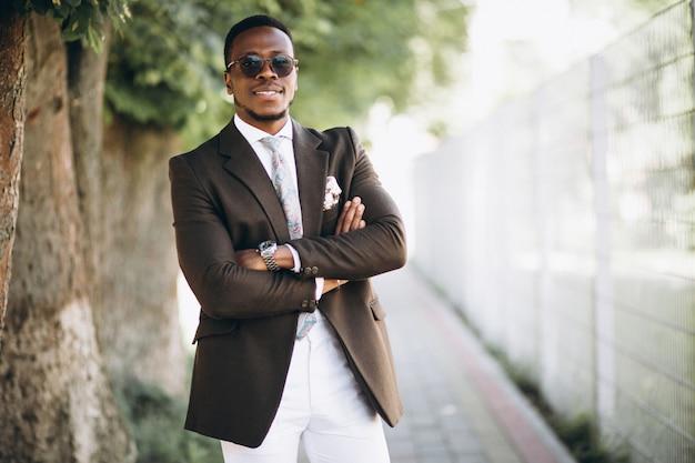 Uomo d'affari afroamericano in tuta Foto Gratuite
