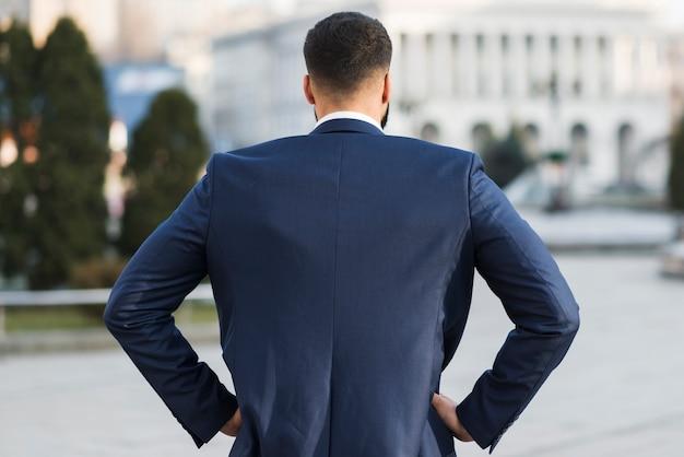 Uomo d'affari all'aperto Foto Gratuite