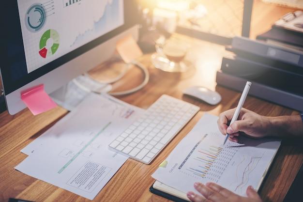 Uomo d'affari analizzando insieme i dati per la pianificazione e avvio nuovo progetto sul posto di lavoro Foto Premium