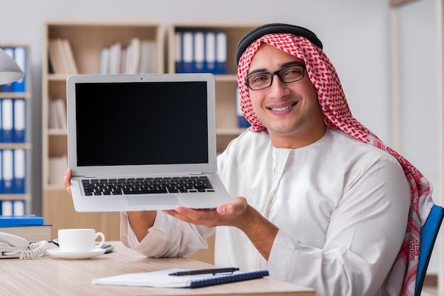 Uomo d'affari arabo che lavora nell'ufficio Foto Premium