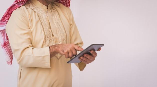 Uomo d'affari arabo che utilizza su un telefono cellulare Foto Premium