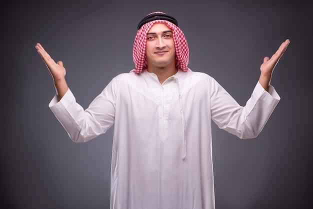 Uomo d'affari arabo su grigio Foto Premium
