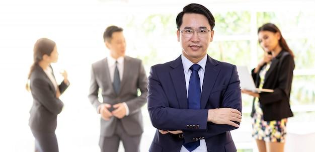 Uomo d'affari asiatico con business team Foto Premium