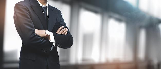 Uomo d'affari asiatico in ufficio offuscata. copyspace Foto Premium