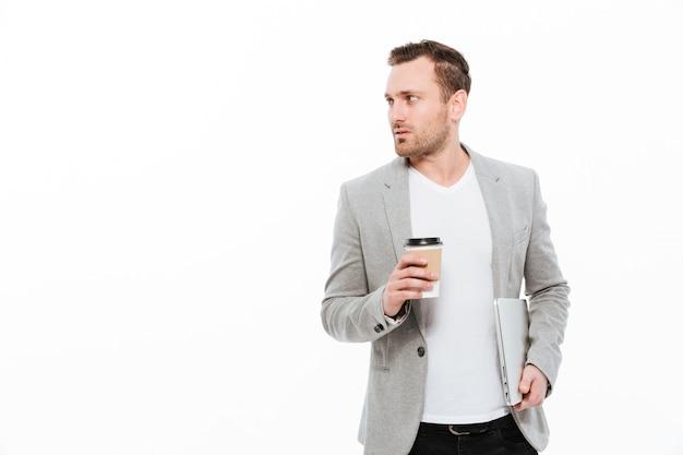 Uomo d'affari bello che beve caffè. Foto Gratuite
