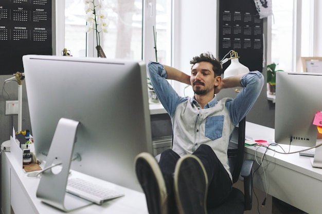 Uomo d'affari bello che lavora nell'ufficio Foto Gratuite