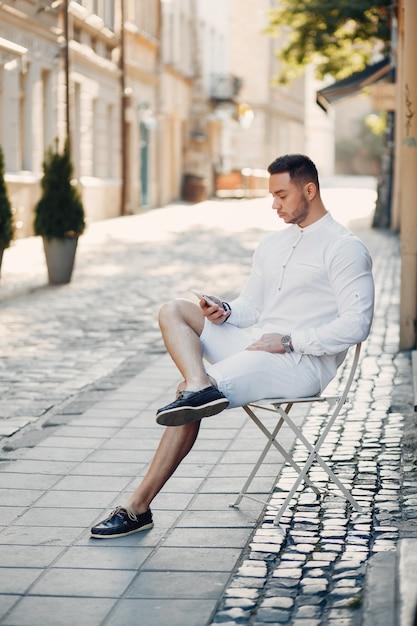 Uomo d'affari bello in una città di estate Foto Gratuite
