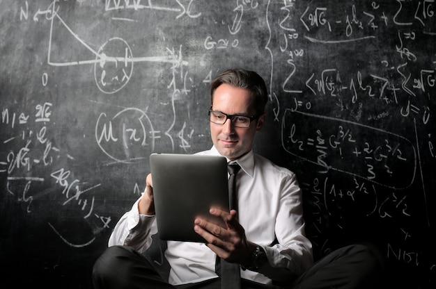 Uomo d'affari calcolando e lavorando Foto Premium