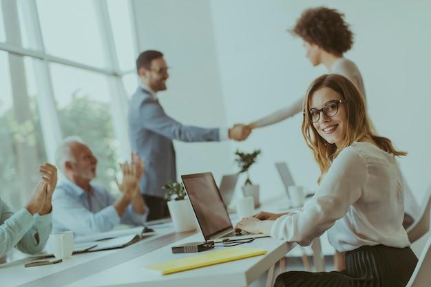 Uomo d'affari che agita le mani per sigillare un affare con il suo partner femminile Foto Premium