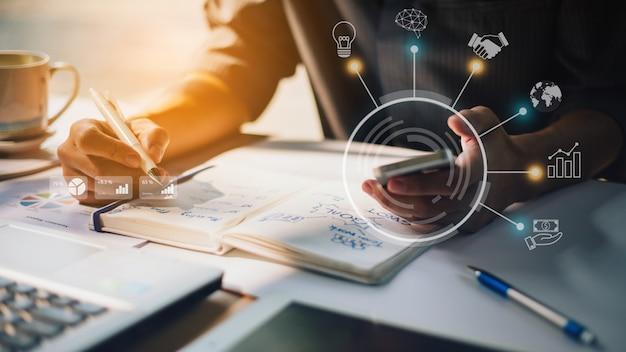 Uomo d'affari che analizza rapporto finanziario della società con i grafici aumentati di realtà Foto Premium