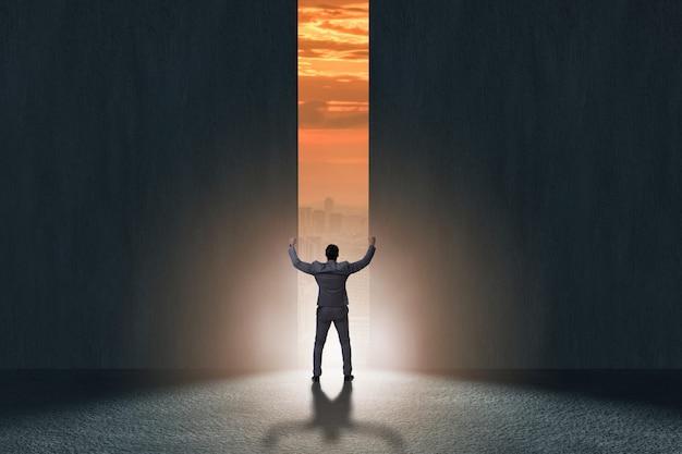 Uomo d'affari che cammina verso la sua ambizione Foto Premium