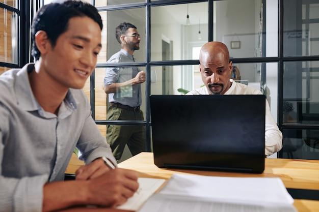Uomo d'affari che controlla i email Foto Premium
