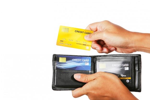 Uomo d'affari che dà la carta di credito dall'isolato del portafoglio su bianco Foto Premium