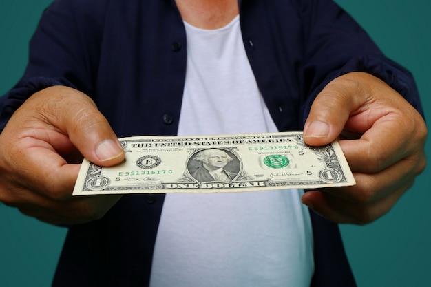 Uomo d'affari che dà soldi, fatture del dollaro degli stati uniti (usd) - contanti Foto Premium