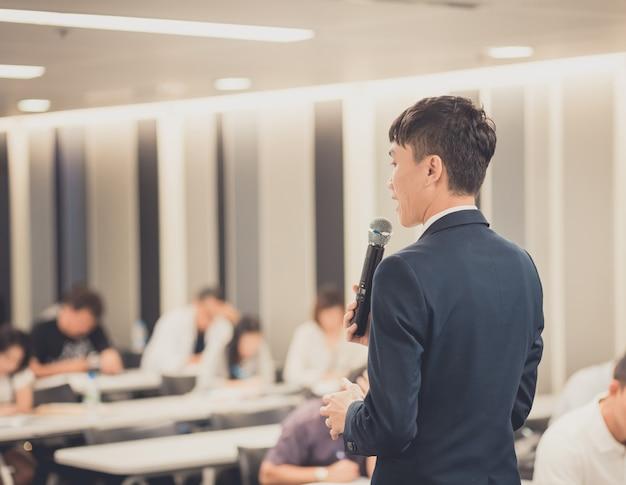 Uomo d'affari che dà un discorso sull'incontro d'affari corporativo. Foto Premium
