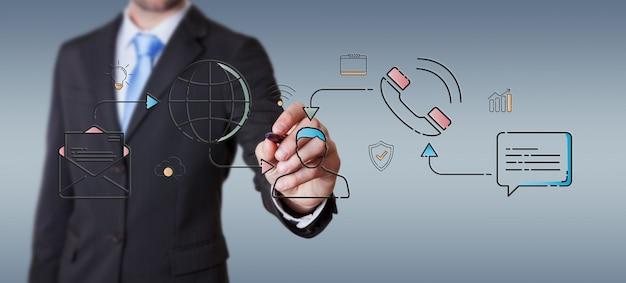 Uomo d'affari che disegna la linea sottile interfaccia delle icone della rete sociale Foto Premium