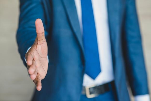 Uomo d'affari che esalta la sua mano Foto Gratuite