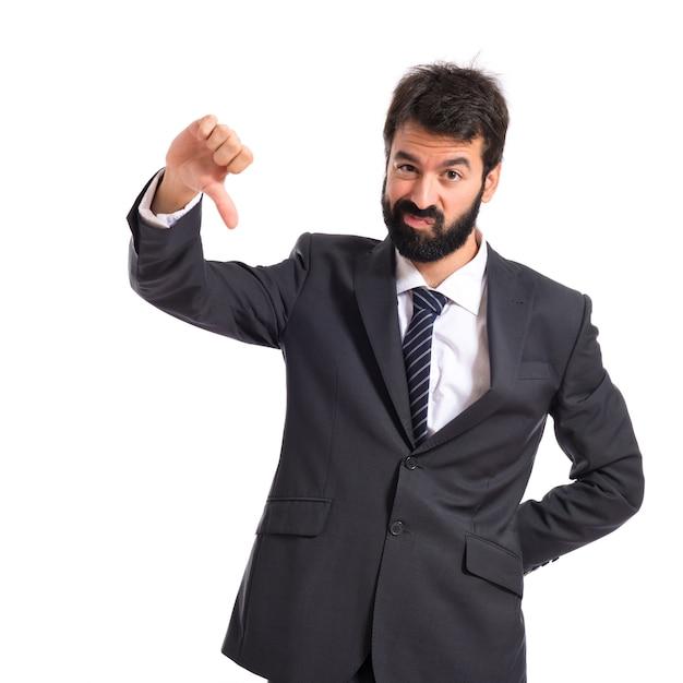 Uomo d'affari che fa un segnale difettoso su sfondo bianco Foto Gratuite