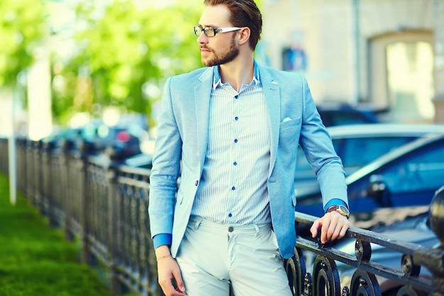 Uomo d'affari che indossa un abito in strada Foto Gratuite