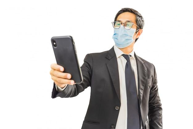 Uomo d'affari che indossa una maschera protettiva Foto Premium