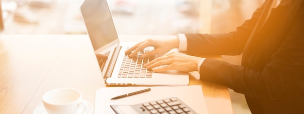 Uomo d'affari che lavora al suo computer portatile Foto Gratuite
