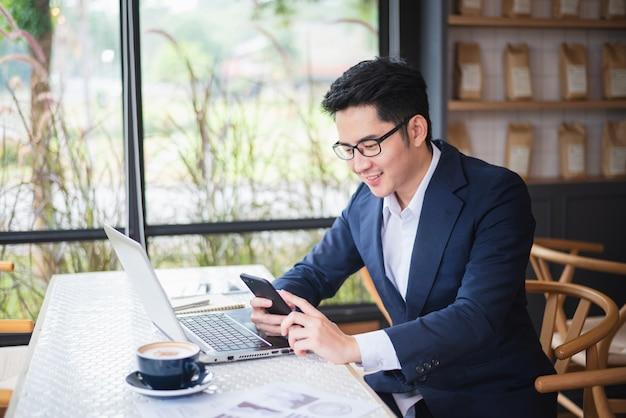 Uomo d'affari che lavora all'affare dell'ufficio dello scrittorio Foto Premium