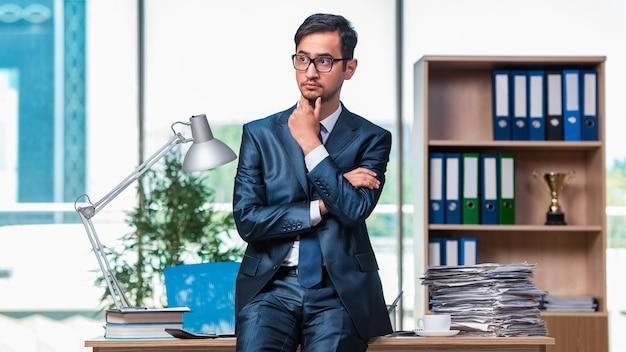 Uomo d'affari che lavora in ufficio Foto Premium