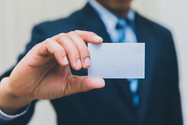 Uomo d'affari che mostra biglietto da visita in vestito Foto Premium
