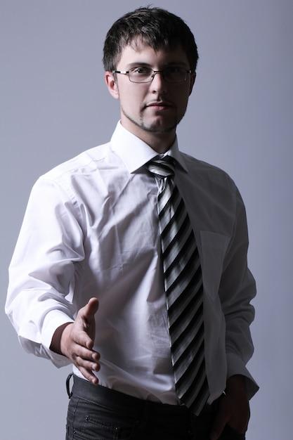 Uomo d'affari che offre la sua mano per la stretta di mano Foto Gratuite