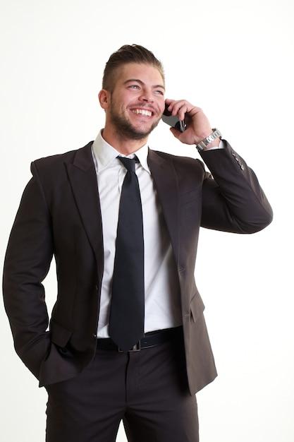 Uomo d'affari che parla con cellulare in ufficio Foto Premium