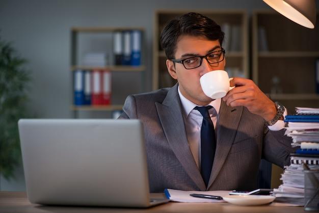 Uomo d'affari che soggiornano in ufficio per lunghe ore Foto Premium