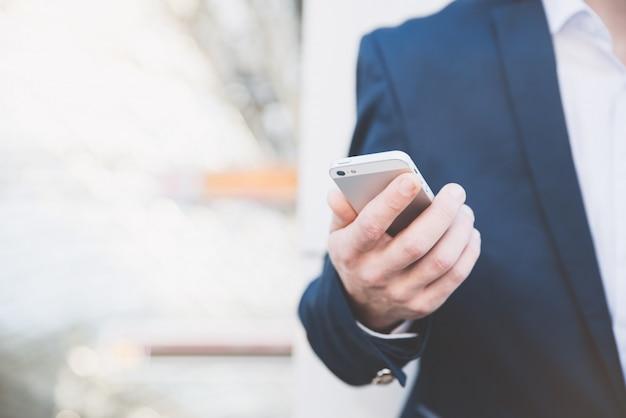 Uomo d'affari con il telefono in mano. Foto Premium