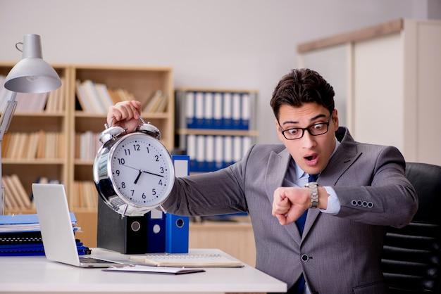 Uomo d'affari con l'orologio che non rispetta le scadenze Foto Premium