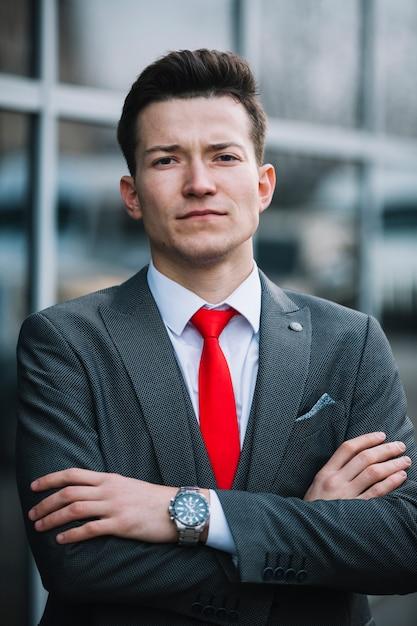 Uomo d'affari con le braccia incrociate Foto Gratuite