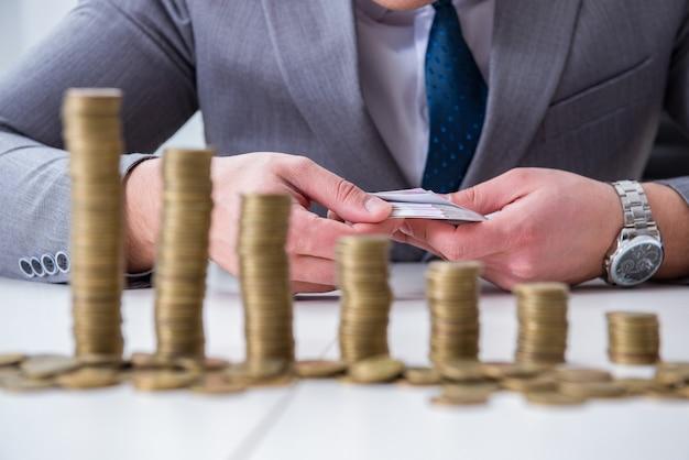 Uomo d'affari con monete d'oro Foto Premium