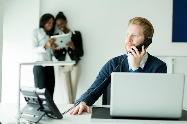 Uomo d'affari con un telefono Foto Premium