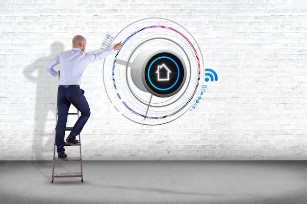 Uomo d'affari davanti ad una parete con un bottone di una automazione domestica astuta - rappresentazione 3d Foto Premium