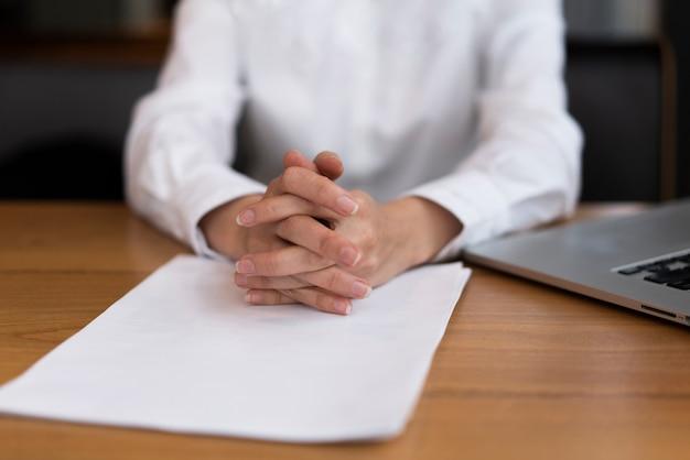 Uomo d'affari del primo piano pronto a firmare un contratto Foto Gratuite