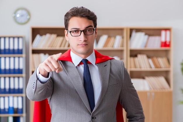 Uomo d'affari del supereroe che lavora nell'ufficio Foto Premium