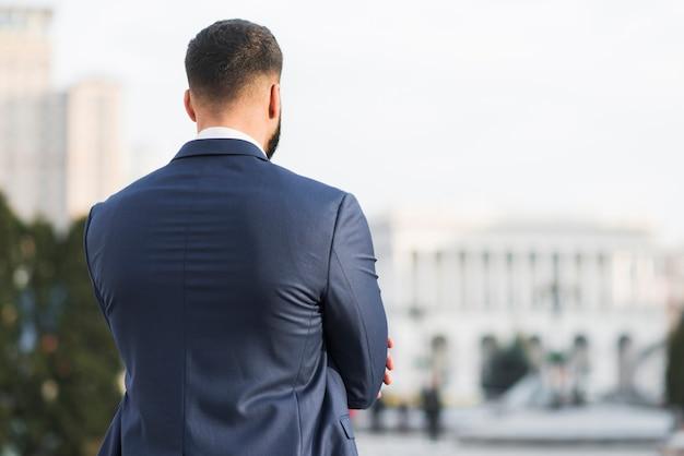 Uomo d'affari di alto angolo in città Foto Gratuite