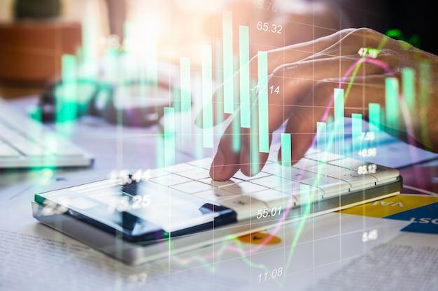 Uomo d'affari di doppia esposizione e grafico del mercato azionario o forex. Foto Premium