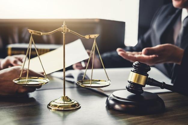 Uomo d'affari e avvocato maschio o consulente del giudice che ha riunione del gruppo con il cliente Foto Premium