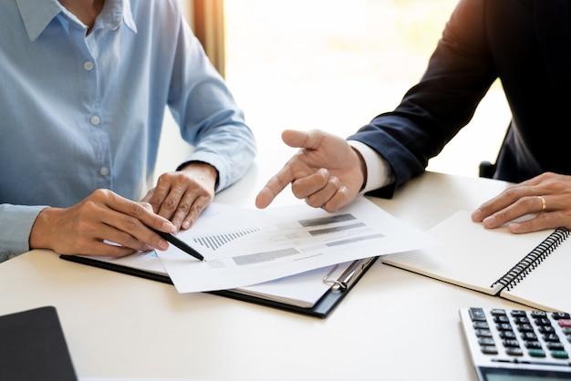 Uomo d'affari e squadra analizzando la finanziaria per la pianificazione caso cliente finanziario in ufficio. Foto Premium